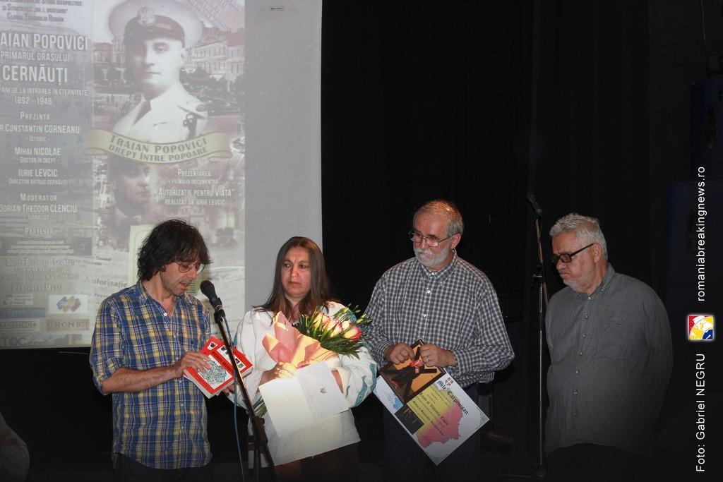 4 Valentin Tigau si  Simona Lazar alaturi de Corneliu Vlad si Victor Roncea - Premiul Mile Carpenisan 2016 Civic Media Basarabia Bucovina Info